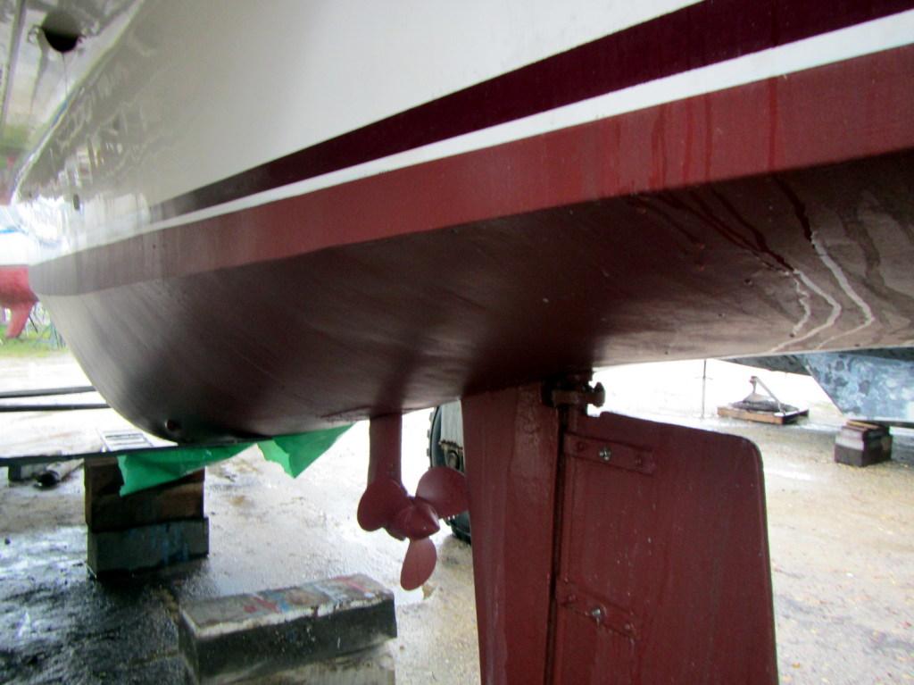 Anschließend werden 3 Schichten der Antifouling-Farbe raufgewalzt.